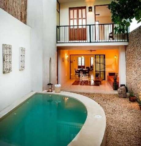 60 – Aproveite o terreno com uma piscina em formato de meia lua. Fonte: Taller Estilo Arquitectura
