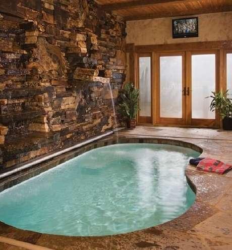 42 – Piscina irregular em alvenaria com parede pedra e cascata. Fonte: Banheira SPA