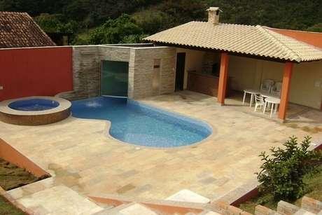 47 – Área de lazer com piscina e churrasqueira pequena de alvenaria. Fonte: Pinterest