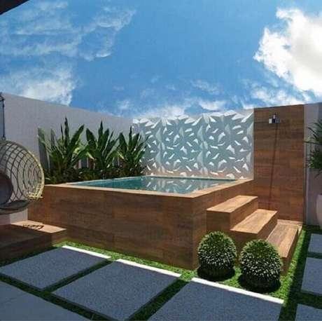63 – Projeto de piscina suspensa com deck de madeira para área de lazer pequena. Fonte: Pinterest