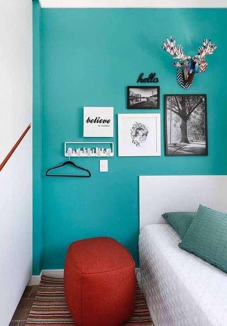 59. Quarto decorado com parede verde água e puff vermelho – Foto: Zozu