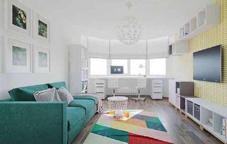 62. Decoração para sala de TV com tapete colorido e sofá verde água – Foto: Pinterest