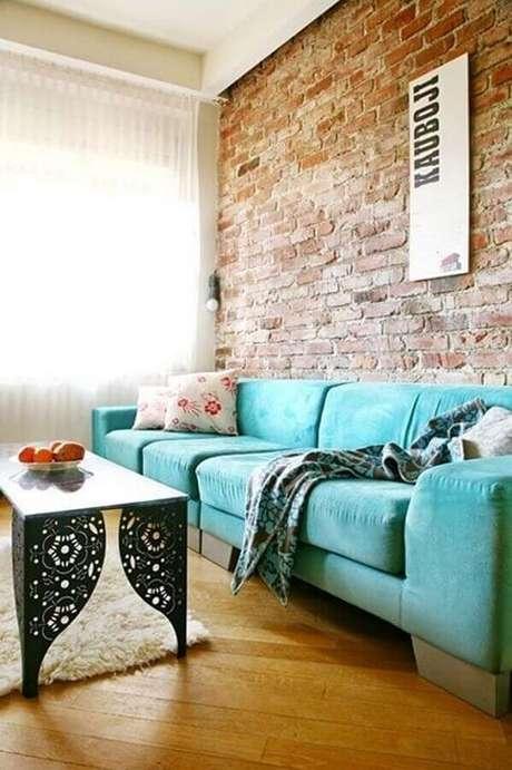 63. O sofá verde água trouxe um toque irreverente para a decoração da sala com parede de tijolinho – Foto: Home Decoration Ideas