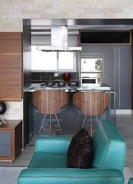 64. Sofá verde água para decoração moderna de sala cinza com móveis de madeira – Foto: Mauricio Gebara Arquitetura