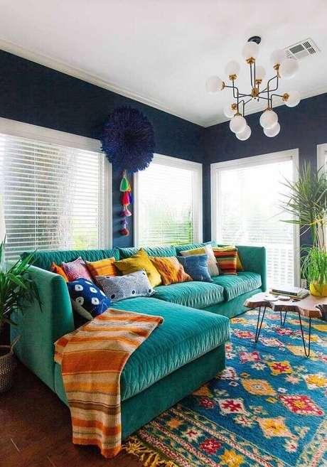 11. Decoração colorida para sala de estar com tapete estampado e sofá verde água – Foto: Silvio Messina