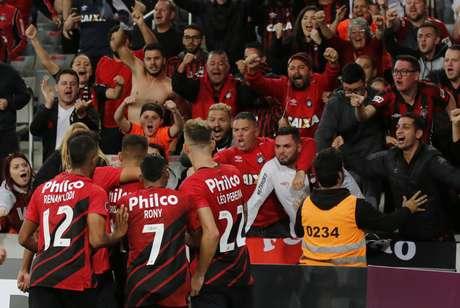 Bruno Guimarães camisa 16 do Athletico abre o placar 1x0. Athletico e Tolima se enfrentam pela quarta rodada da fase de grupos da Libertadores 2019. O jogo é válido pelo Grupo G, na Arena da Baixada, em Curitiba.