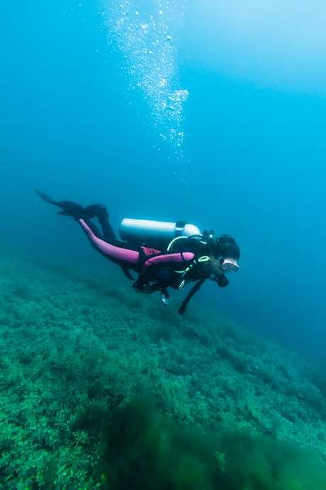 Mergulhador sobre casco de naufrágio