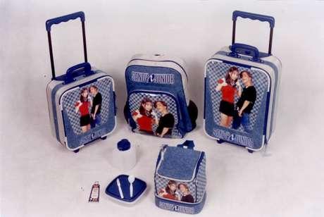 Produtos oficiais de Sandy e Junior no início dos anos 2000: dupla era febre entre crianças e adolescentes no Brasil, e a TV não podia ficar de fora.