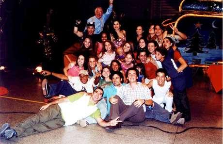 Elenco do seriado 'Sandy e Junior' reunido após as gravações da 2ª temporada do programa, em dezembro de 2000.