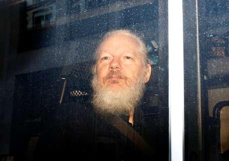O fundador do WikiLeaks, Julian Assange, dentro de carro de polícia após ser detido em Londres
