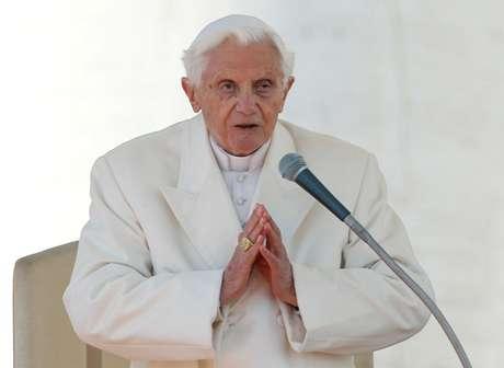 Papa Bento 16 durante audiência na Praça de São Pedro 27/02/2013 REUTERS/Alessandro Bianchi