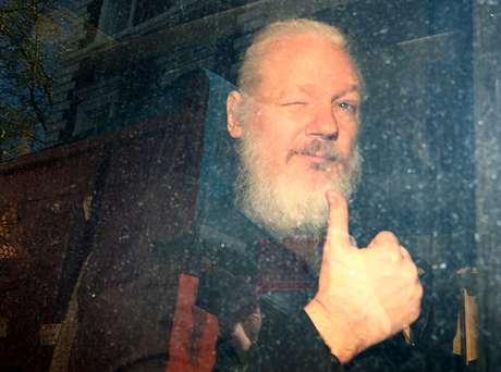 Fundador do WikiLeaks, Julian Assange, chega a tribunal de Londres após ser preso