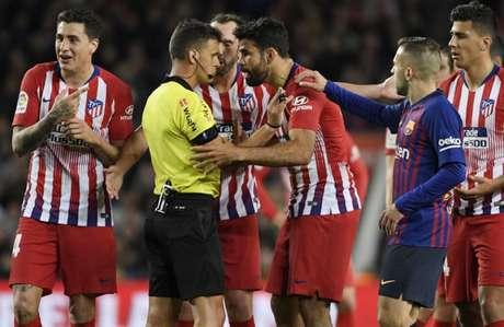 Diego Costa sofreu quatro jogos de gancho por segurar os braços do árbitro e mais quatro por insultar o mesmo (AFP)