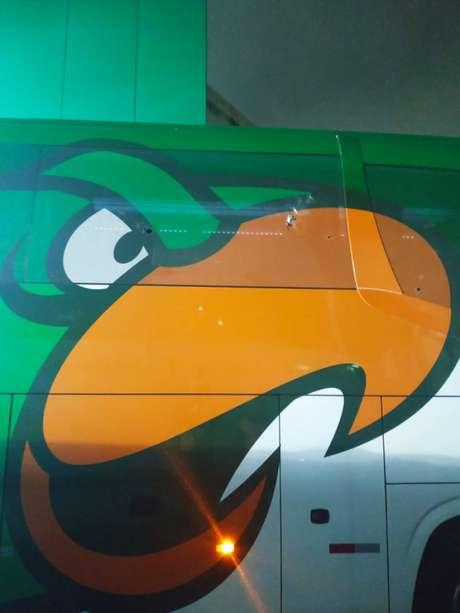 Ônibus do Palmeiras foi alvo de ataque enquanto chegava ao Allianz Parque para o jogo dessa quarta (Reprodução)