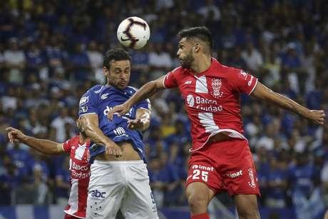 Fred, do Cruzeiro, em lance contra o Huracán, em partida válida pela quarta rodada da fase de grupos da Copa Libertadores da América 2019, realizada no Estádio Mineirão, na cidade de Belo Horizonte, nesta quarta-feira (10).