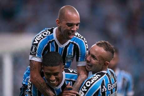 Jean Pyerre, do Grêmio, comemora seu gol na partida contra o Rosario Central, válida pela quarta rodada do Grupo H da Copa Libertadores 2019, na Arena do Grêmio, em Porto Alegre, nesta quarta- feira.