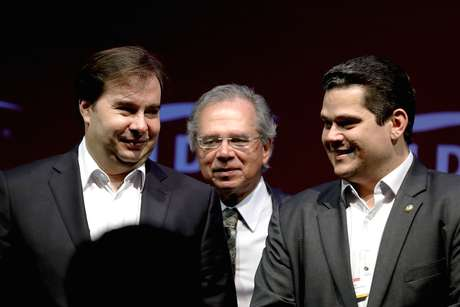 O presidente da Câmara dos Deputados, Rodrigo Maia (DEM-RJ), o ministro da Economia, Paulo Guedes, e o presidente do Senado Davi Alcolumbre (DEM-AP)