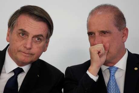 Presidente Jair Bolsonaro conversa com ministro da Casa Civil, Onyx Lorenzoni, durante cerimônia no Palácio do Planalto 25/03/2019 REUTERS/Ueslei Marcelino