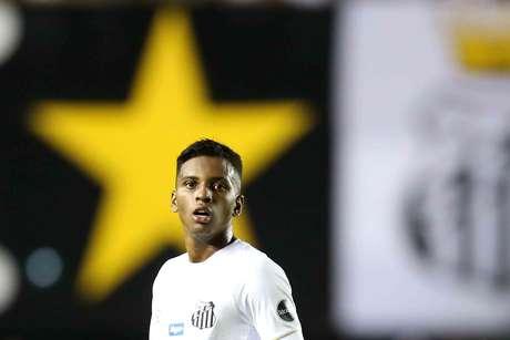 Rodrygo, do Santos, na partida contra o Atlético Goianiense, válida pela terceira fase da Copa do Brasil 2019, no Estádio da Vila Belmiro, em Santos, nesta quinta-feira (11).