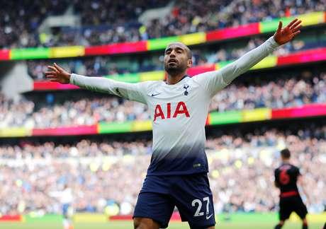 Lucas comemora após marcar seu terceiro gol na partida