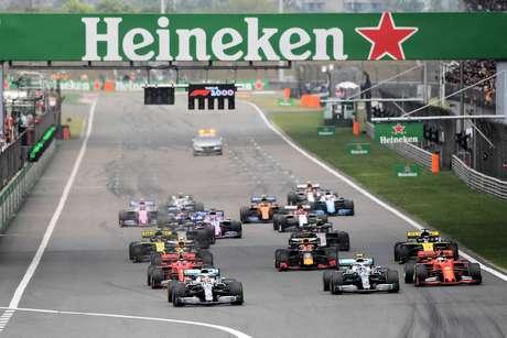 GP da China: em nova dobradinha da Mercedes, Hamilton supera Bottas e vence a corrida #1000 da F1