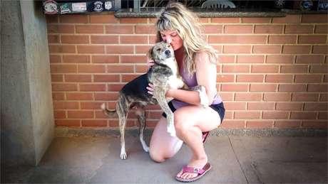 Ishbel começou a resgatar mais cachorros pelo mundo, como Mari, no Brasil