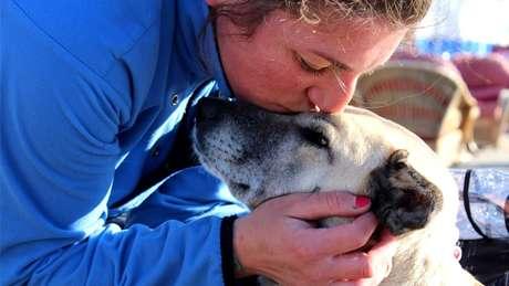 Ishbel dá um beijo em Lucy