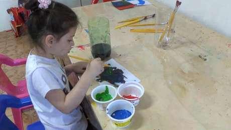 Criança brincando no Cantinho do Brincar; profissionalização dos cuidados infantis é tema de debate no mundo inteiro