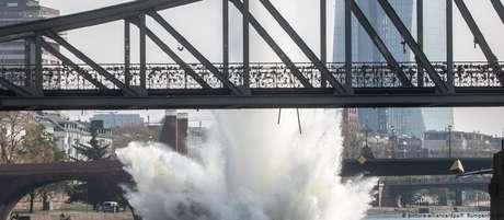 Água deslocada pela explosão chegou até 30 metros de altura