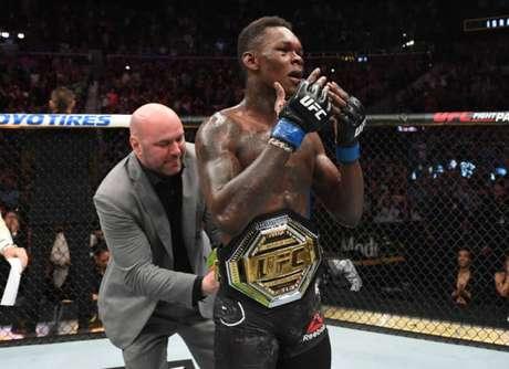 Adesanya venceu o ex-campeão Anderson Silva em fevereiro e conquistou agora o título interino (Foto: Getty Images)