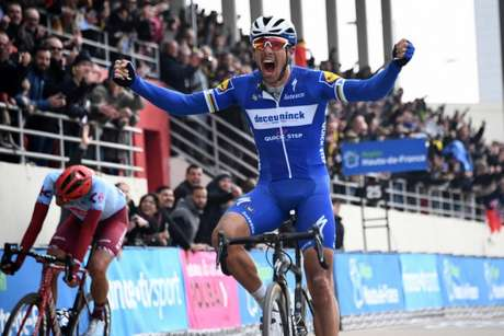 Philippe Gilbert arranca para acabar com o jejum de vitória na paris Roubaix. Pottis chega logo atrás (Foto: AFP)