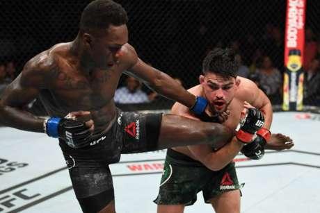 Israel Adesanya e Kelvin Gastelum faturaram US$ 50 mil cada pela 'Luta da Noite' no UFC 236 (Foto: Getti Images)