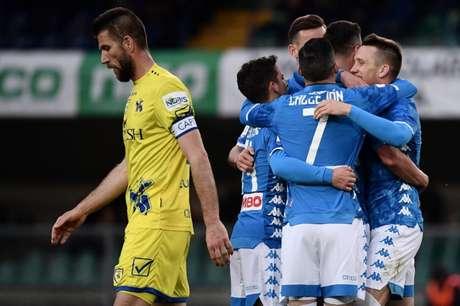 Jogadores do Napoli comemora mais uma vitória no Italiano (Foto: AFP)