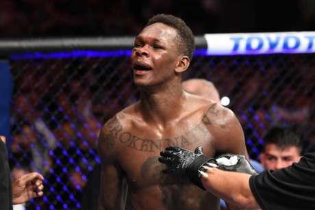 Israel Adesanya tem o desejo de unificar os títulos com Robert Whittaker na Austrália (Foto: Getty Images / UFC)
