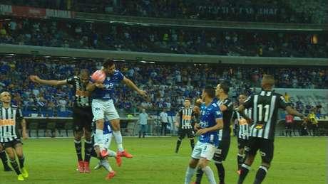 VAR atuou no gol anulado de Fred, mas ignorou lance de pênalti sobre Igor Rabello, cometido por Dedé- Reprodução TV Globo