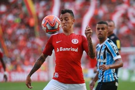 Iago, do Internacional, em lance da primeira partida da final do Campeonato Gaúcho 2019 contra o Grêmio, disputada no estádio Beira-Rio, em Porto Alegre (RS), na tarde deste domingo, 14 de abril de 2019.