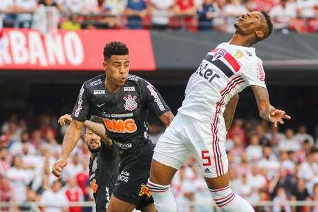 Gustavo e Arboleda durante a partida entre São Paulo x Corinthians, realizada no estádio do Morumbi, válida pelo primeiro de dois jogos da final do Campeonato Paulista 2019.
