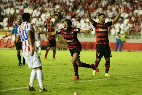 Ezequiel marca gol durante a partida entre NÁUTICO X SPORT RECIFE pelo Campeonato Pernambucano 2019, realizado neste domingo dia 14/04/2019 no estádio dos Aflitos, em Recife.