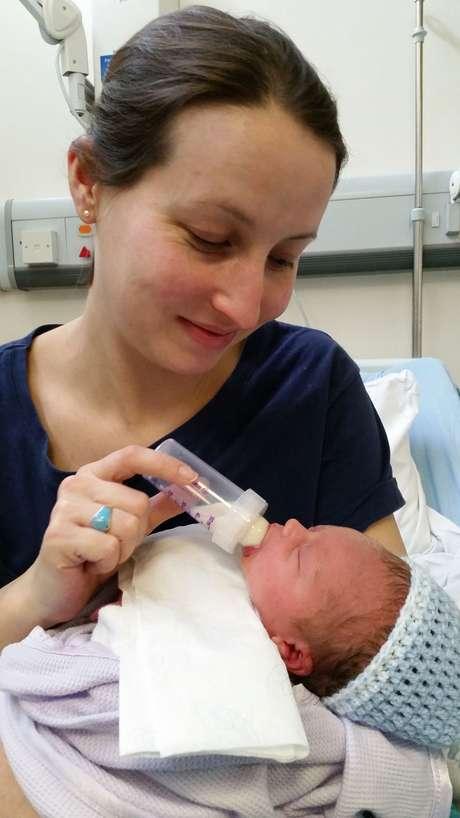 Ellie Finch Hulme decidiu não amamentar o filho por temer que seu leite levasse ao bebê parte do medicamento que tomava