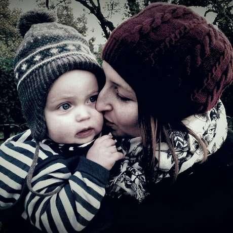 Tarefas relativamente simples como abotoar as roupas de seu bebê, representavam grande desafio para Ellie Finch Hulme, com a coordenação motora afetada pela doença