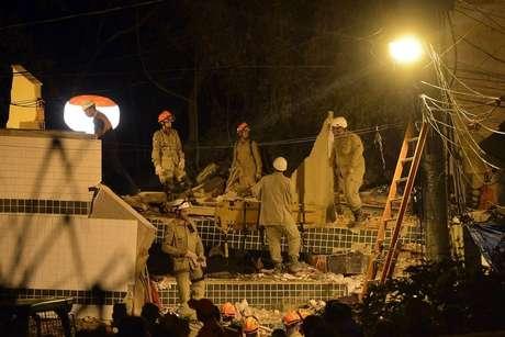 Corpo de Bombeiros vai passar a madrugada tentando localizar pessoas entre os escombros