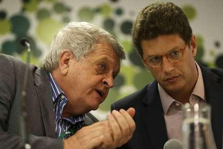 O presidente do ICMBio, Adalberto Eberhard (esquerda), conversa com o ministro do Meio Ambiente, Ricardo Salle; Eberhard pediu demissão nesta segunda, 15.