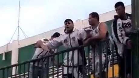 Torcedores do Figueirense imitam avião após eliminação diante da Chapecoense