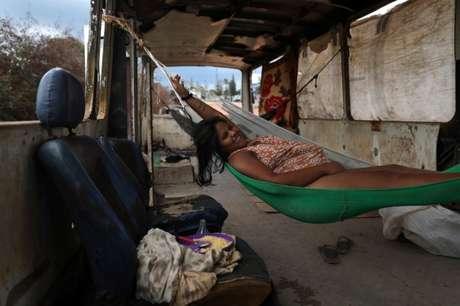 Venezuelan Belki Contreras em rede dentro de ônibus abandonado perto de Pacaraima, na fronteira com a Venezuela 13/04/2019 REUTERS/Pilar Olivares