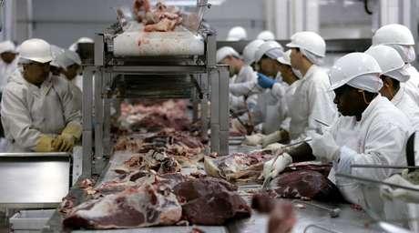 Processamento de carnes em frigorífico em Barretos (SP) 09/09/2005 REUTERS/Paulo Whitaker