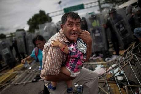 Migrante de Honduras, integrante de caravana rumo aos EUA, tenta se proteger em fronteira Guatemala-México, em Ciudad Hidalgo 19/10/2018   REUTERS/Ueslei Marcelino