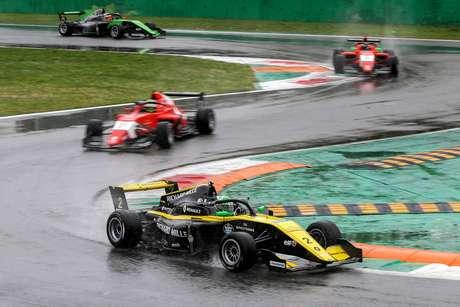 Com pista molhada, Caio Collet supera adversidades e marca primeiros pontos em Monza