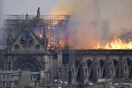 Catedral de Notre-Dame foi consumida por um incêndio na noite desta segunda-feira (15)