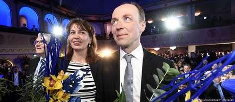 O populista de direita Jussi Halla-aho ao lado de colegas de partido, durante o anúncio de resultado eleitoral
