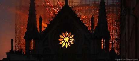 As chamas consomem a catedral histórica: fogo se espalhou rapidamente